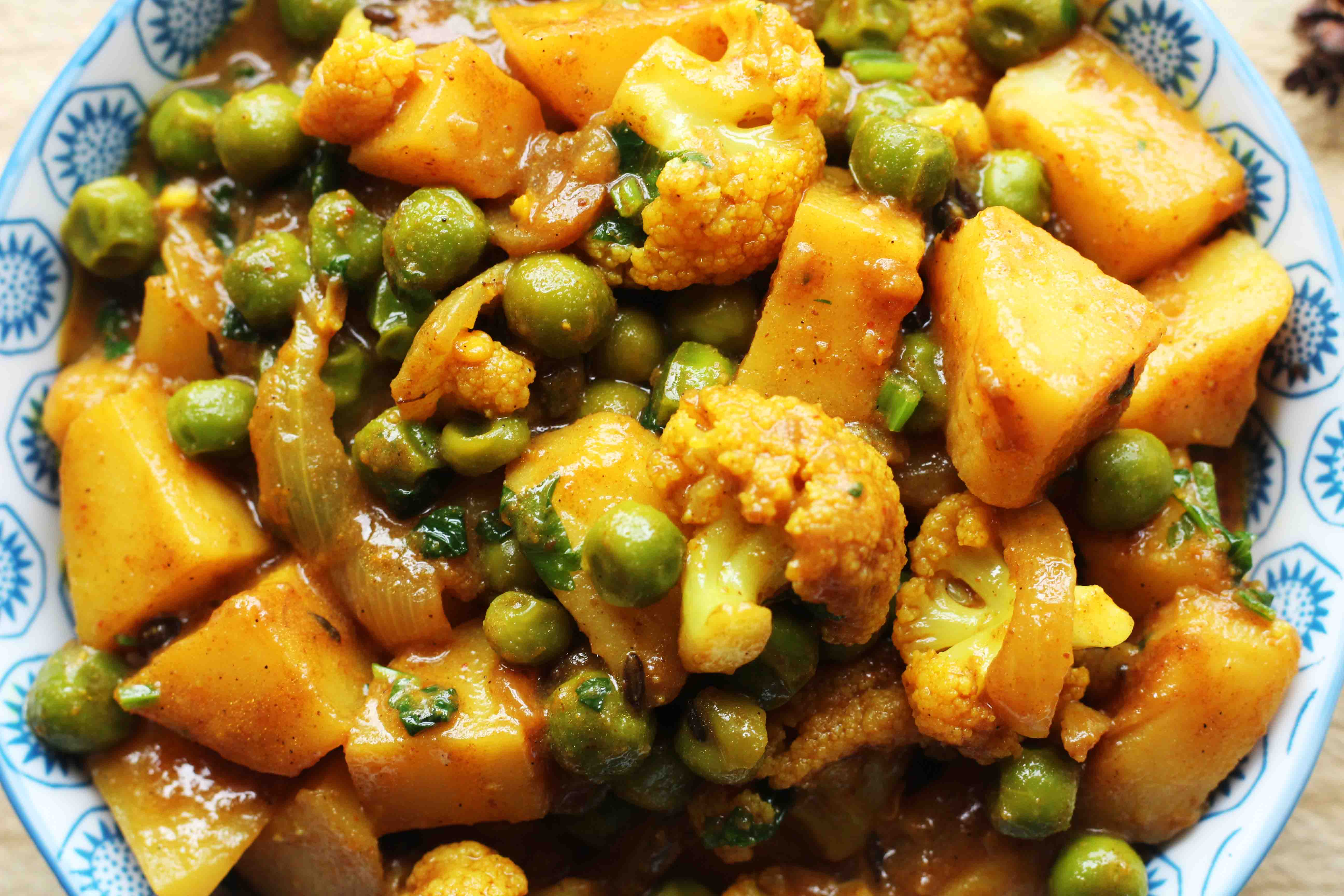 cliassic potato,cauliflower & green peas curry